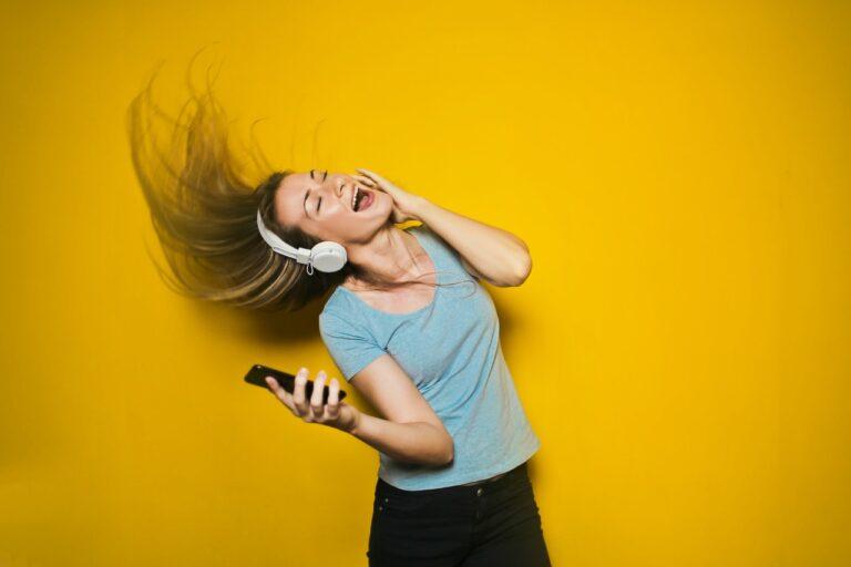 kvinna som lyssnar på ljudbok